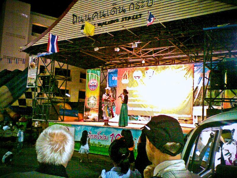 Таиланд. Ночные рынки. Представление на сцене