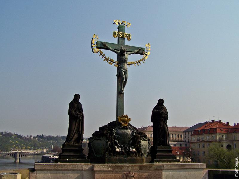 """Карлов мост. """"Распятие"""" - самая древняя скульптурная группа, датируется 1657 годом."""