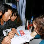 Большой ажиотаж, все местные пытаются пообщаться и листают польско-китайский словарь
