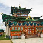 Этигэлэ Хамбо Ламын ордон. На самом верху храма располагается ганджир, а над входом хорло