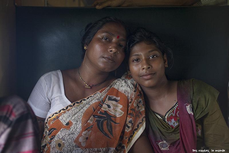 Дочка с мамой в поезде, Бангладеш