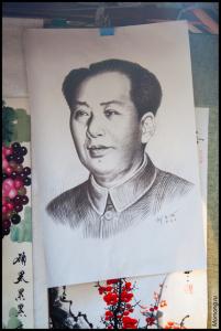 На улицах города можно купить искусные картины, красивые полотна с иероглифами, или, например, портрет Мао