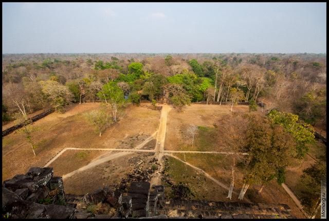 Вид с вершины пирамиды. Высота пирамиды Пранг составляет 35 метров