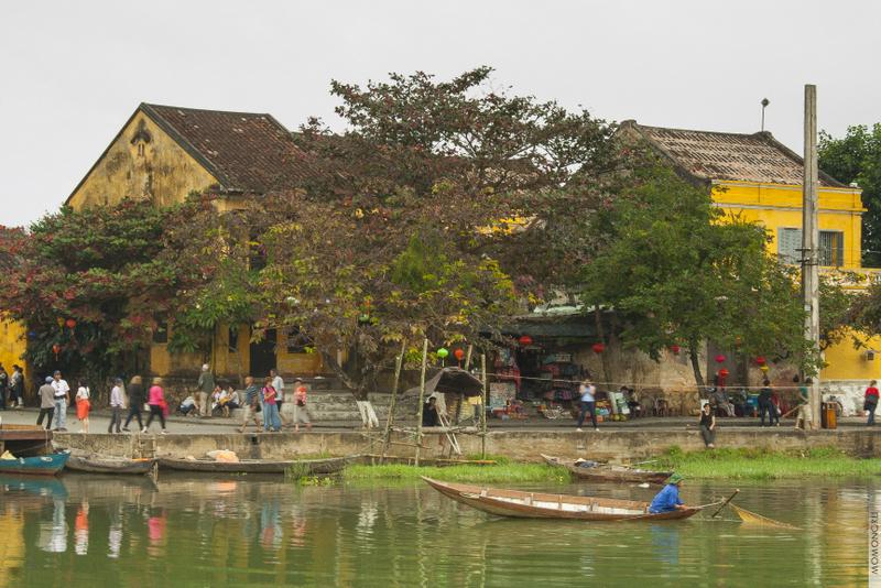 Рыбаки проверяют сети практически в центре Хой Ана, а сотни туристов прогуливаются рядом с рекой.