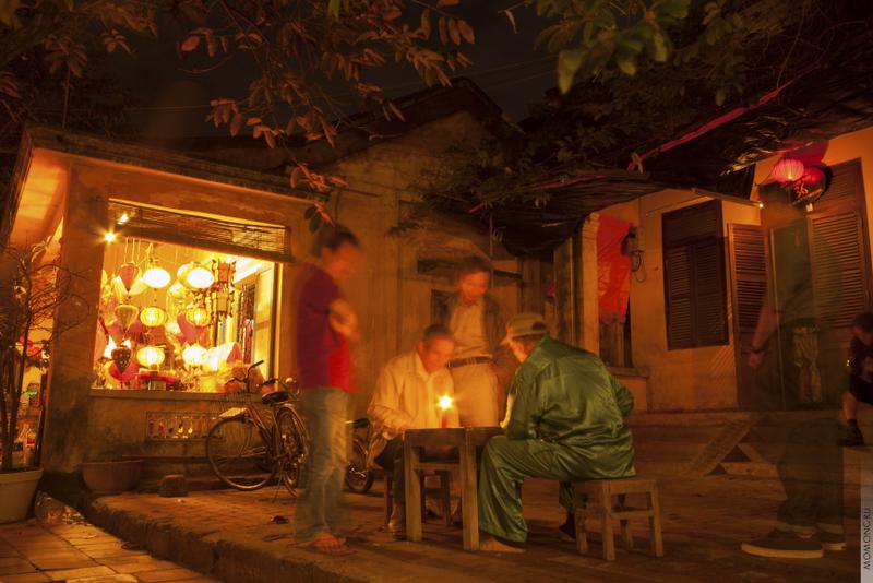 Вечерами старожилы собираются у домов, и в потёмках играют в карты. Сопровождается сие криками, эмоциями и неподдельной радостью.