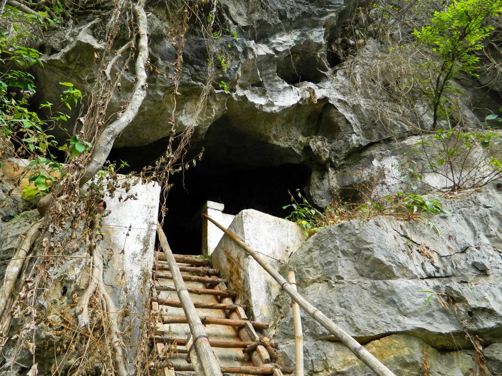 Вьетнам, остров Кат Ба. Вход в пещеру-госпиталь