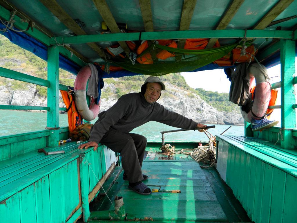 Вьетнам, остров Кат Ба. Капитан везет нас  на остров обезьян и показывает плавучие деревни