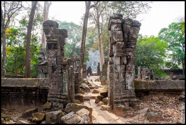 Руины Прасат Тома, в дымке виднеется пирамида