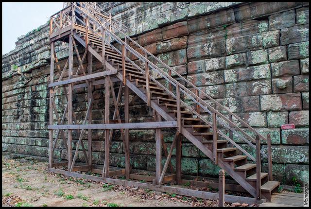 Крепкая лестница ведёт на вершину пирамиды