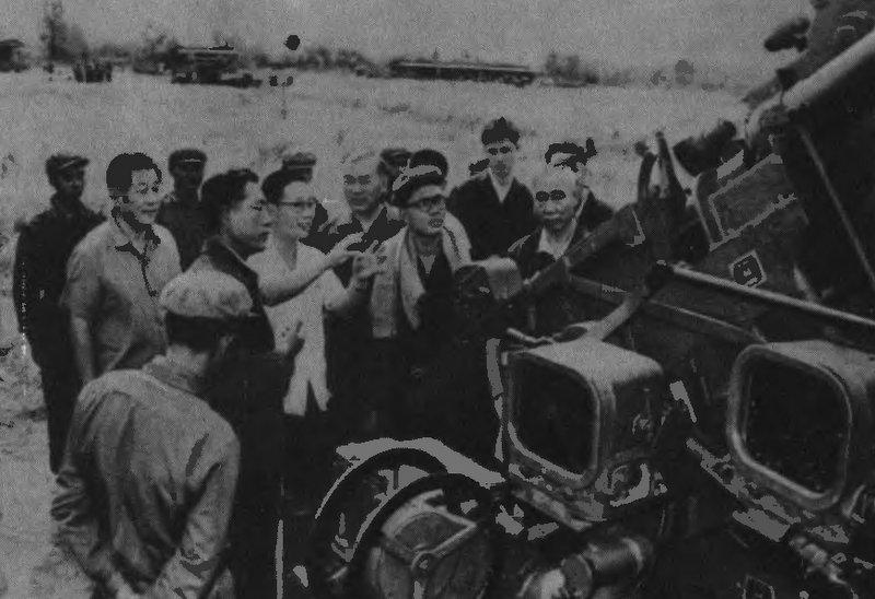 Китайский посол Сун Хао и китайские военные советники инспектируют артиллерийскую батарею в полпотовской армии.