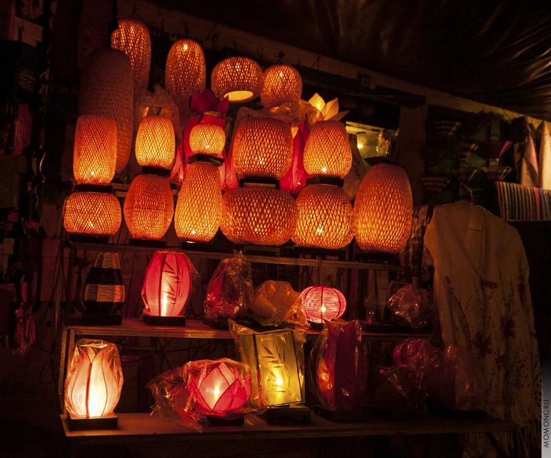 Разнообразие фонариков изумляет. Плетёные, цветные, самые яркие, они украшают улицы и дома.